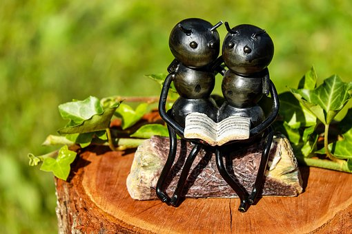 Sculpture of two ants reading a book